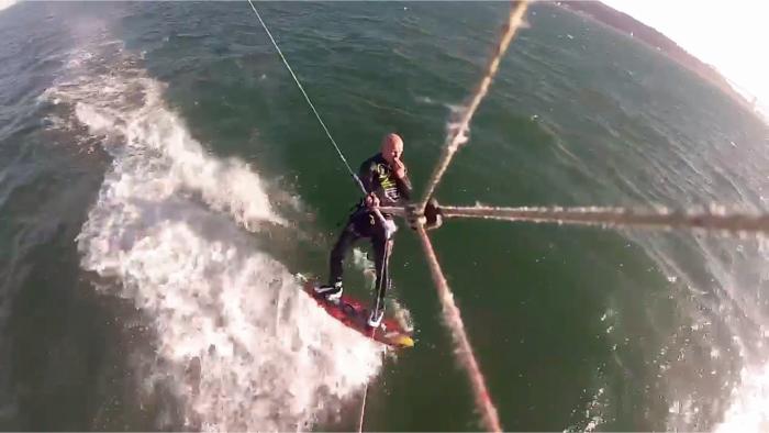 Cuando un kitesurfista tropieza con una ballena