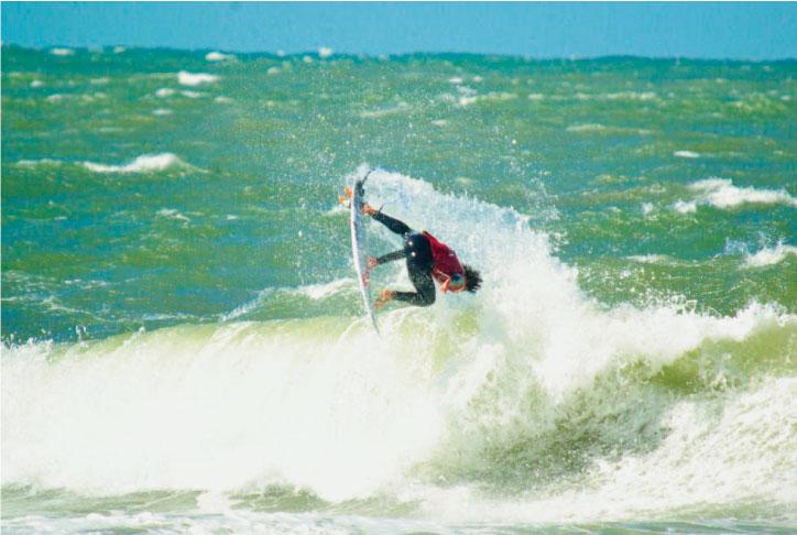 Con un surfing sólido, Del Castillo sigue avanzando en Praia do Forte y definirá su paso a cuartos de final